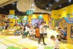 De speelplaats van kinderen, overvolle ouders en kinderen Royalty-vrije Stock Foto's