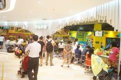 De speelplaats van kinderen, overvolle ouders en kinderen Royalty-vrije Stock Afbeeldingen