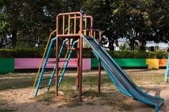 De speelplaats van kinderen in park Royalty-vrije Stock Afbeeldingen
