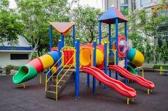 De speelplaats van kleurrijke kinderen bij openbaar park in Bangkok Stock Foto's