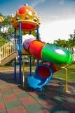 De speelplaats van leuke kleine kinderen in het park Stock Afbeeldingen