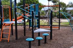 De speelplaatsmateriaal van kinderen in park royalty-vrije stock foto's