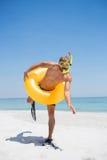 De speelse mens met snorkelt dragend opblaasbare ring stock foto