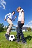 De speelvoetbal van de vader en van de zoon Stock Afbeeldingen