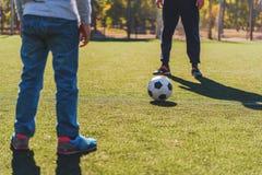 De speelvoetbal van de vader en van de zoon samen Stock Afbeeldingen