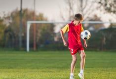 De speelvoetbal van het kind stock foto