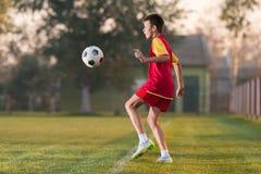 De speelvoetbal van het kind royalty-vrije stock foto