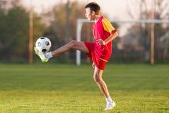 De speelvoetbal van het kind royalty-vrije stock fotografie