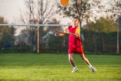 De speelvoetbal van het kind stock fotografie