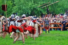 De speerpottenbakkers concurreren De openbare menigten letten op hen Stock Foto's
