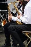 De spelar tenorsaxofonen royaltyfria foton