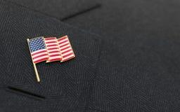 De speld van de de vlagrevers van de V.S. op de kraag van een kostuum royalty-vrije stock fotografie