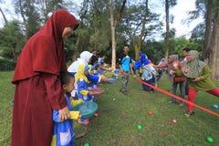 De spelen slijpen de samenwerking van kinderen en ouders Stock Foto