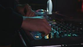 De Spelen van close-updj koelen Musical bij Controleconsole die wordt geplaatst stock footage