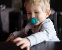 De spelen van de babyjongen bij Chinees restaurant Stock Foto's