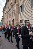 De spelen van de band in het historische centrum van Gubbio Royalty-vrije Stock Foto