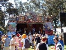 De spelen van de band op stadium bij Tour DE Fat menigte het dansen Stock Foto's