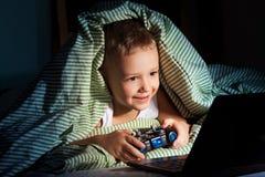 De spelen van de computer bij nacht Stock Afbeelding