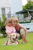 De spelen van de familie met een hond Stock Foto's