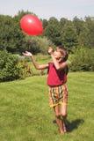 De spelen van de jongen met lucht-bal Royalty-vrije Stock Foto's