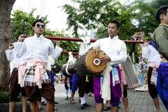 De spelen van de mens in een Thaise muziek tonen Stock Afbeelding