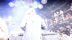 De spelen van DJ bij een partij bij de club stock videobeelden