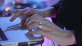 De spelen van DJ op laptop stock video