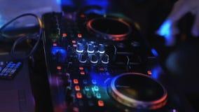De spelen van DJ op ver in een nachtclub stock videobeelden