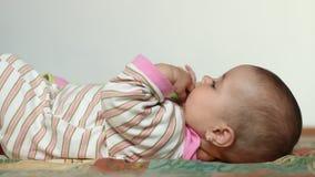De Spelen van het babymeisje met Vingers stock video