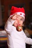 De spelen van het kind met de decoratie van Kerstmis Stock Afbeelding