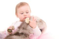 De spelen van het kind met juwelenvolwassene Royalty-vrije Stock Fotografie