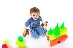 De spelen van het kind met kleurenblokken Royalty-vrije Stock Afbeeldingen