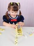 De spelen van het kind met speelgoed bij lijst Stock Afbeeldingen