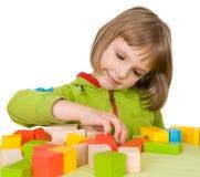 De spelen van het kind met stuk speelgoed blokken Royalty-vrije Stock Foto's