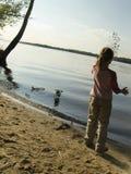 De spelen van het kind met zand Royalty-vrije Stock Foto's
