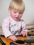De spelen van het kind op gitaar Stock Fotografie