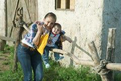 De spelen van het mamma met haar zoon stock foto