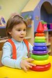De spelen van het meisje in kleuterschool Royalty-vrije Stock Foto's