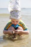 De spelen van het meisje met water Stock Foto's
