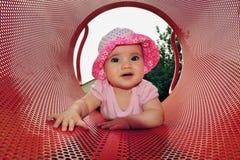 De Spelen van het Meisje van de baby in Speelplaats royalty-vrije stock afbeeldingen