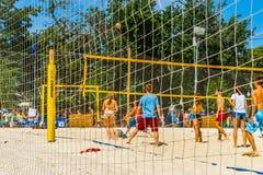 De spelen van het strandvolleyball in het park van Moskou Gorky Stock Foto