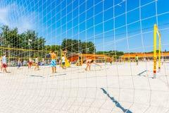 De spelen van het strandvolleyball in het park van Moskou Gorky Royalty-vrije Stock Foto's