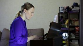 De spelen van het tienermeisje op het toetsenbord van de digitale piano stock footage