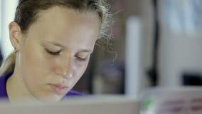De spelen van het tienermeisje op het toetsenbord van de digitale piano Close-up stock footage