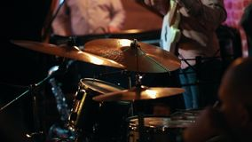 De spelen van de jazzband in de bar stock video