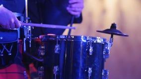 De spelentrommelstok van de trommeluitvoerder in het stadium stock videobeelden