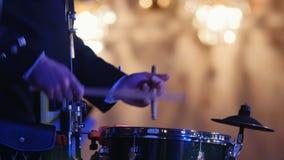 De spelentrommelstok van de trommeluitvoerder in het stadium stock video