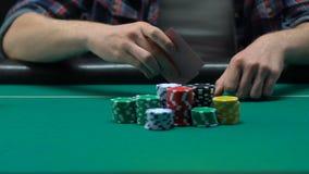 De speler die van de beginnerspook van zijn kaarten werpen die al geld verliezen, gokkend zaken stock videobeelden