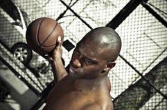De speler die van het basketbal bal bewaakt Royalty-vrije Stock Afbeeldingen