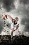 De speler die van het basketbal op grungy oppervlakte loopt Stock Afbeelding